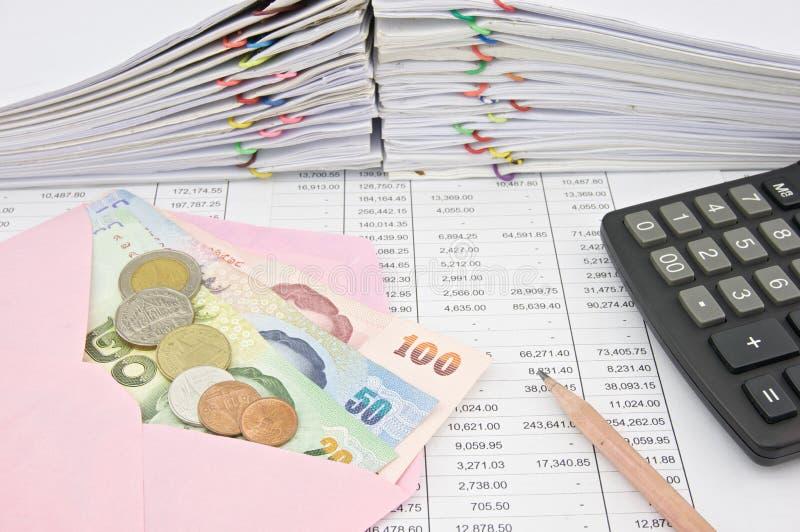 比尔和硬币在桃红色信封和计算器有铅笔的 免版税库存照片