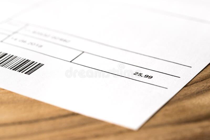 比尔或发货票在桌上 电、能量、公共事业、气体或者电话 图库摄影
