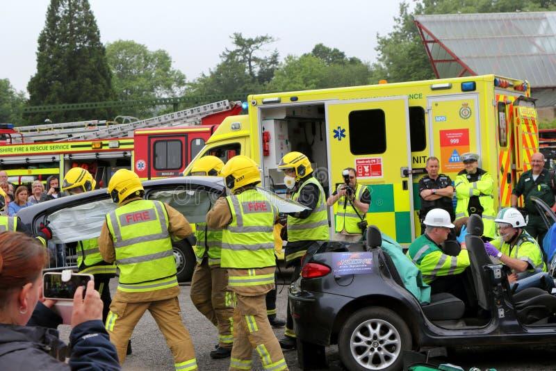 比尤利,汉普郡,英国- 2017年5月29日:去除屋顶的消防员 库存照片