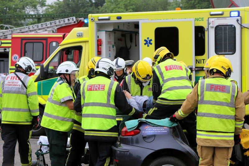比尤利,汉普郡,英国- 2017年5月29日:消防员和医务人员关于 免版税库存照片