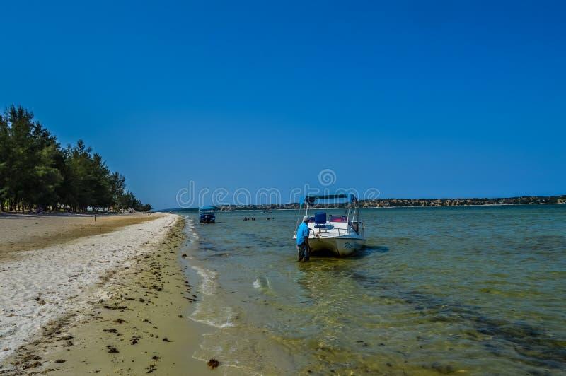 比莱尼海滩盐水湖在Paraia做比莱尼,莫桑比克 免版税库存照片