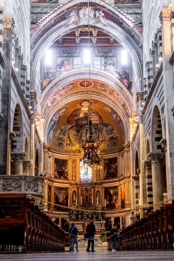 比萨大教堂低角度内部视图,奇迹广场的,比萨,托斯卡纳,意大利 库存照片