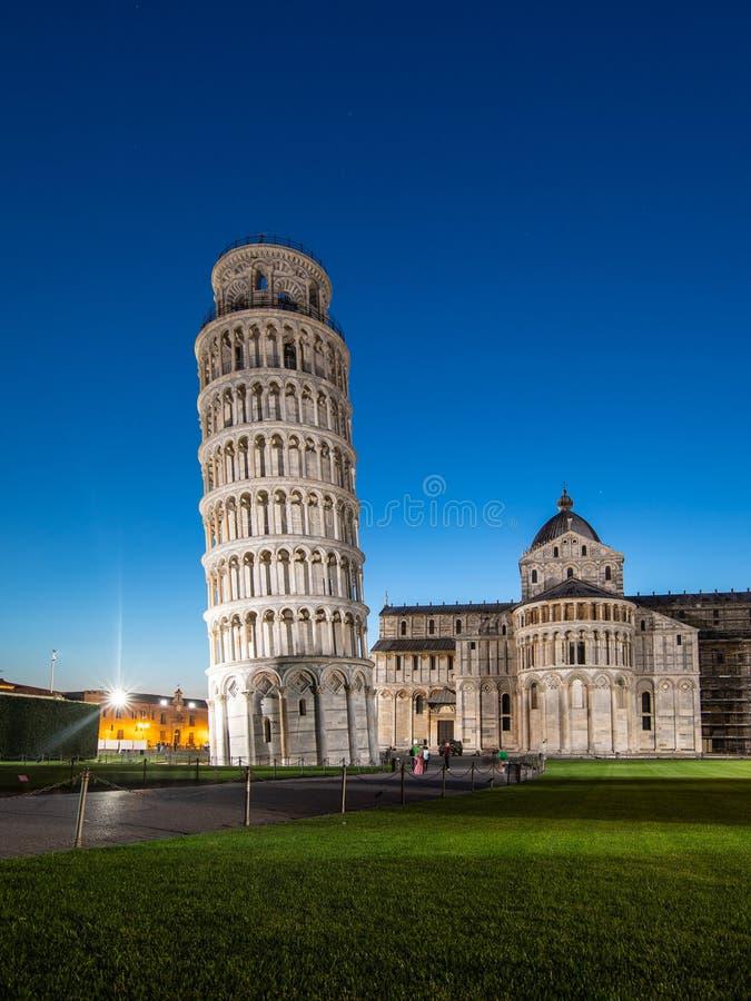 比萨大教堂夜视图有比萨斜塔的奇迹广场的在比萨,托斯卡纳,意大利 倾斜的比萨塔 免版税库存图片