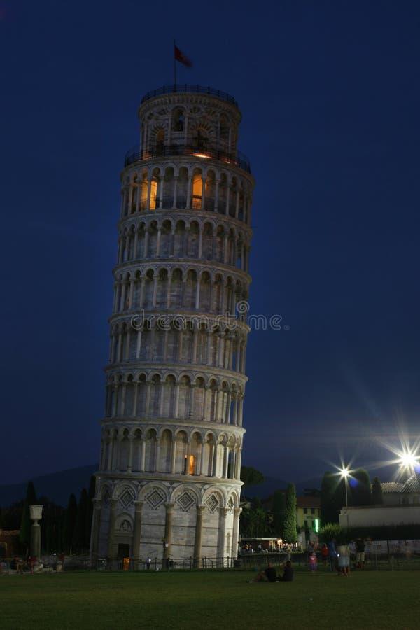 比萨大教堂 倾斜的比萨塔 被停泊的晚上端口船视图 图库摄影