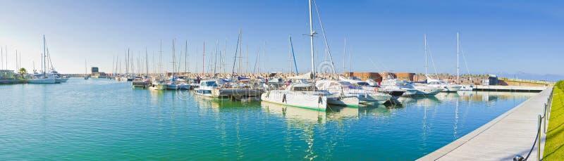比萨市新的小游艇船坞叫Boccadarno意大利-托斯卡纳-比萨-全景 库存图片
