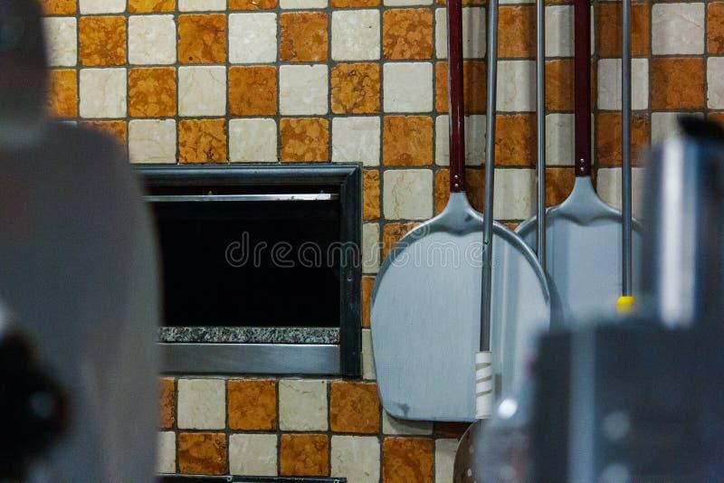 比萨烤箱的嘴 使用为比萨制造商的工具 库存照片