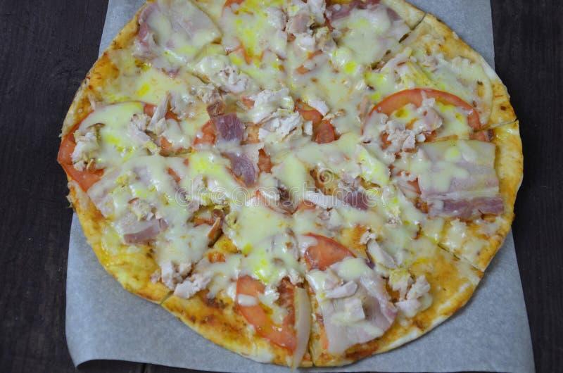比萨蒜味咸腊肠乳酪火腿 立即可食热的自创的辣香肠烘饼 烹调的成份,绿色,大蒜 库存照片