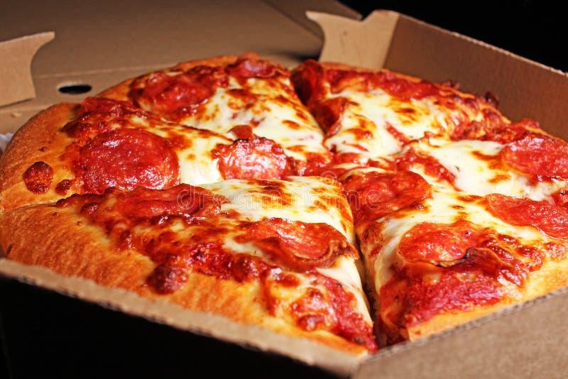 比萨香肠美国蒜味咸腊肠乳酪切片切片比萨交付 免版税图库摄影