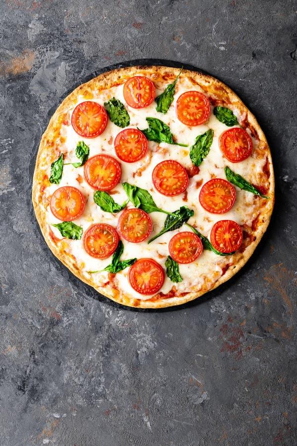 比萨马尔盖里塔用无盐干酪乳酪、蓬蒿和蕃茄传统意大利料理 经典食谱 免版税库存照片