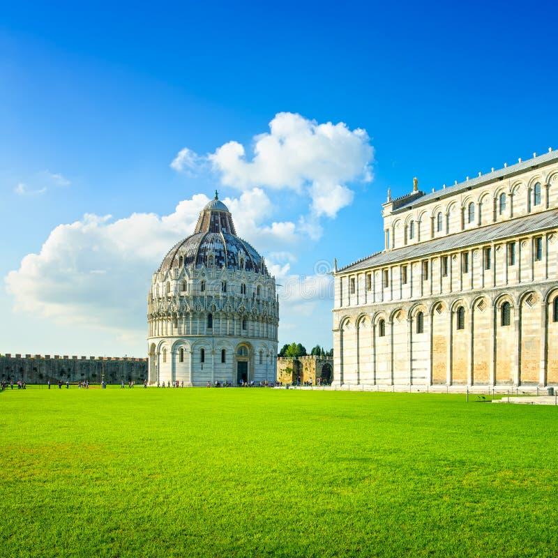 比萨,奇迹正方形。Bapstistry和大教堂中央寺院。托斯卡纳,意大利 免版税库存照片