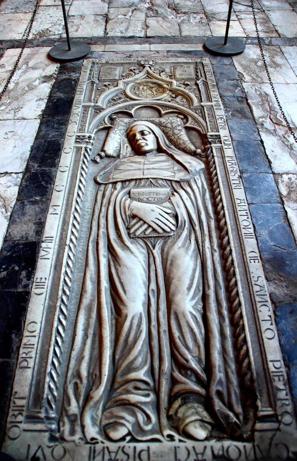 比萨,意大利-大约2018年2月:坎波桑托Monumentale地板奇迹正方形的  库存图片