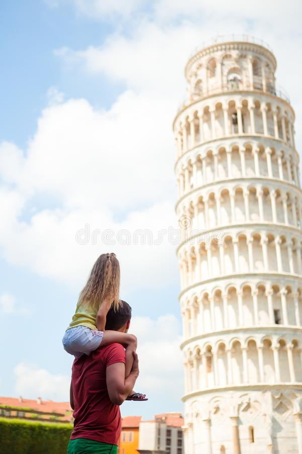 比萨-对著名地方的旅行在欧洲,家庭画象在背景中斜塔在比萨,意大利 免版税库存图片