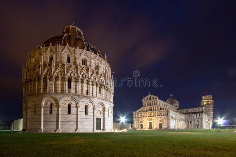 比萨洗礼池、大教堂和斜塔在晚上 库存图片