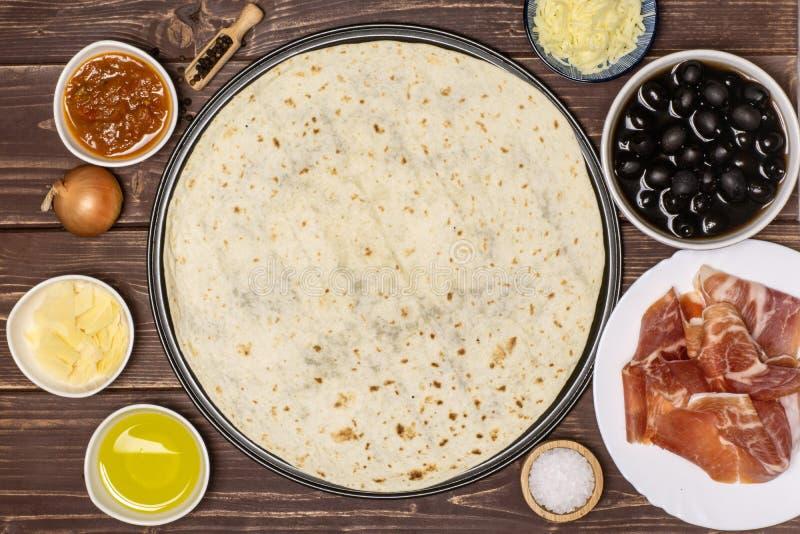 比萨capriciosa食谱在棕色木头的 库存图片