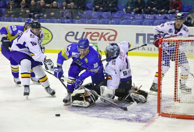 比赛曲棍球冰罗马尼亚乌克兰 免版税图库摄影