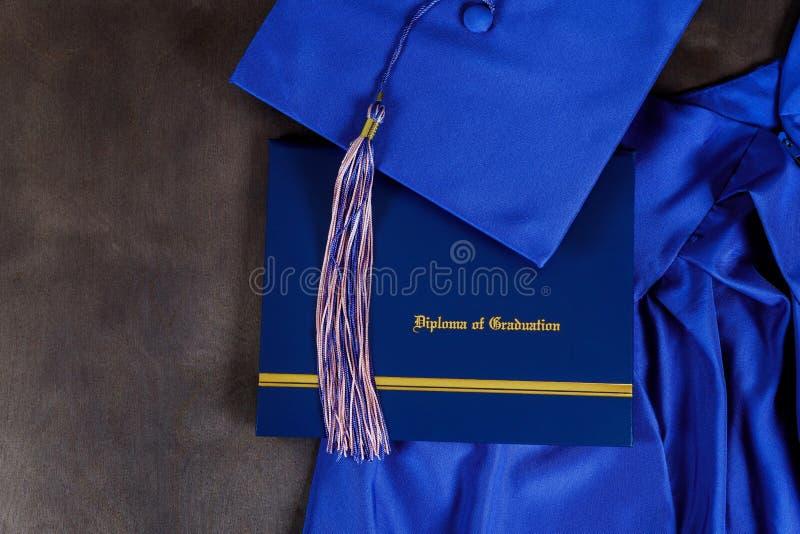 毕业帽子和文凭证明正面图 免版税库存照片