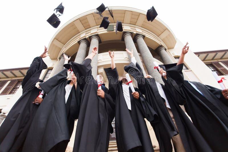 毕业投掷的帽子 库存图片