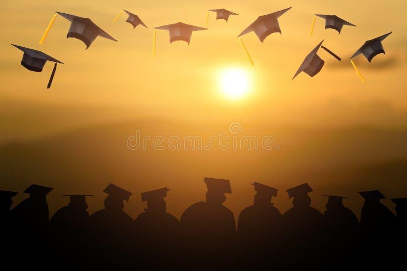 毕业拿着黑帽会议和黄色缨子 图库摄影