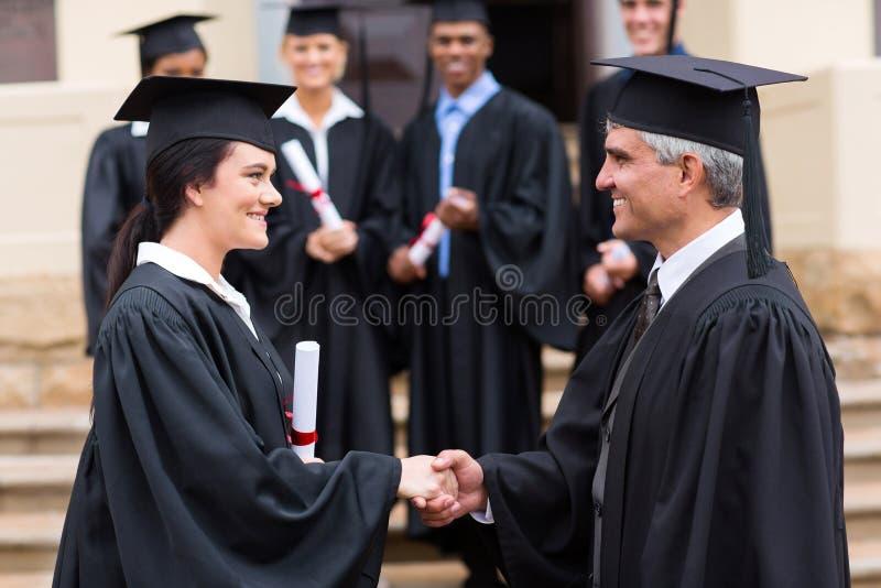 毕业生握手教务长 库存图片