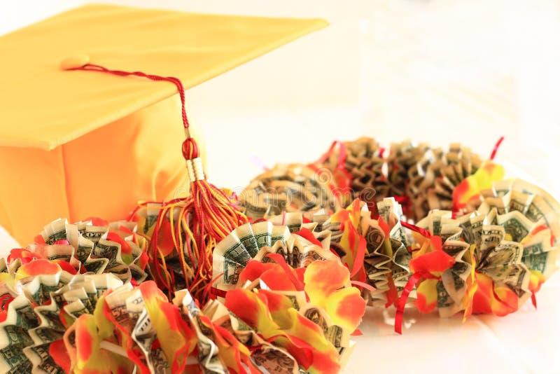 毕业盖帽和金钱丝带列伊 库存图片