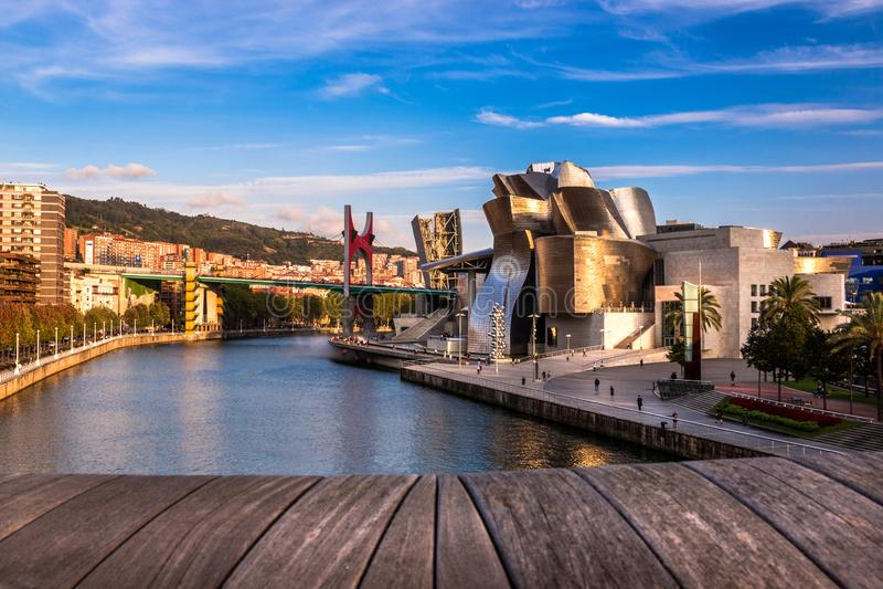 毕尔巴鄂古根海姆美术馆、Nervion河和La药膏桥梁在毕尔巴鄂,西班牙 免版税库存照片