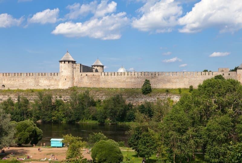 毗邻日爱沙尼亚堡垒ivangorod横向晴朗的俄国 免版税库存照片