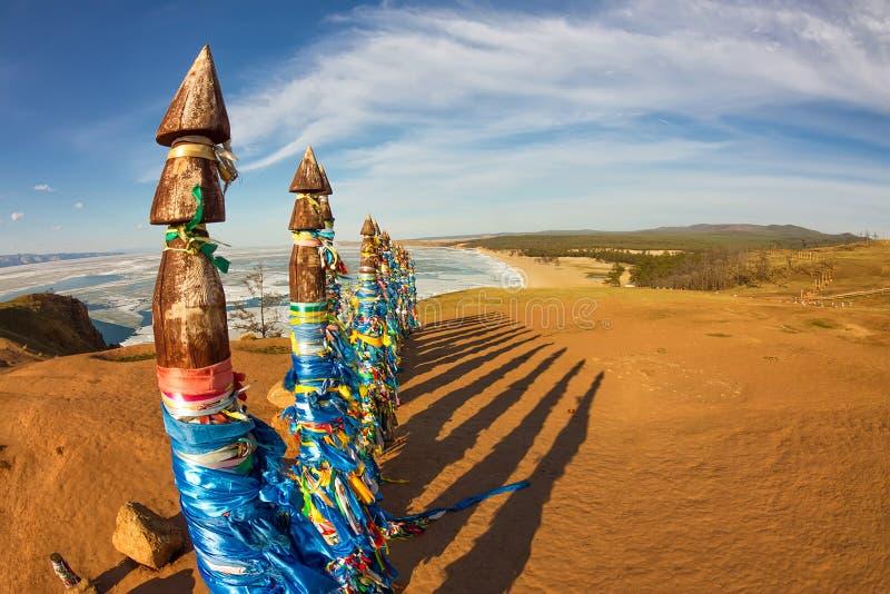 毛哔叽僧人杆在Olkhon的在与长的阴影的日落 免版税库存照片
