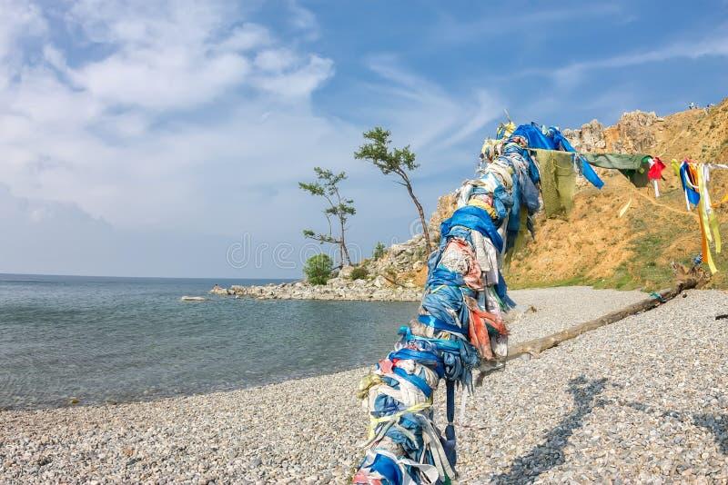 毛哔叽僧人杆在Olkhon的在日落 免版税库存图片