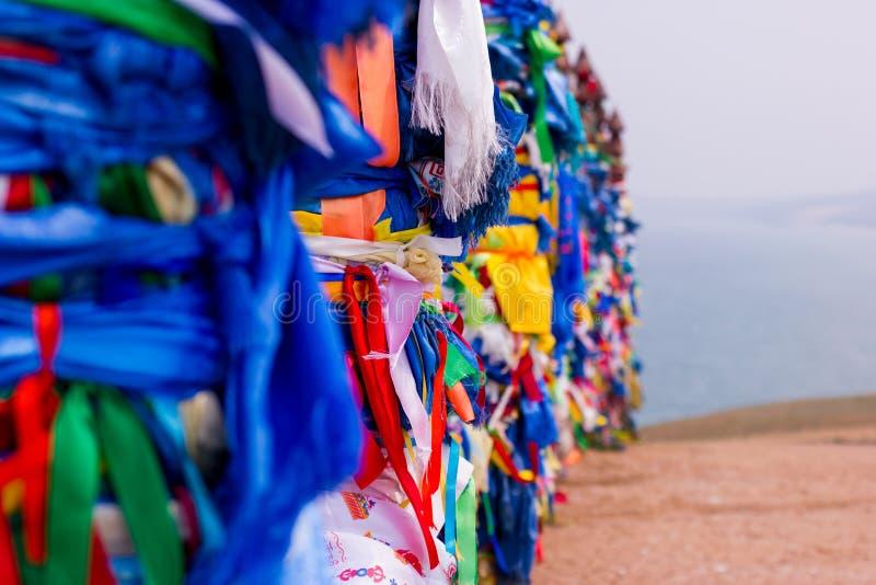 毛哔叽 与色的丝带的神圣的杆在海岛Olkhon Burkhan,贝加尔湖 库存照片