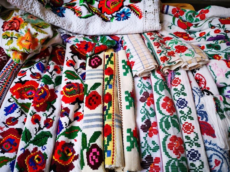 毛巾和厨房抹由手织的纺织品制成 免版税库存照片