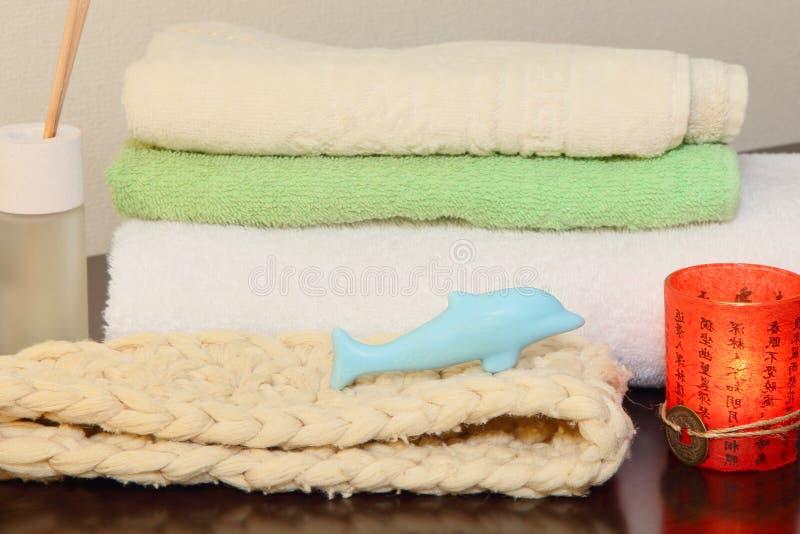 毛巾堆、韧皮和肥皂以海豚的形式 库存图片