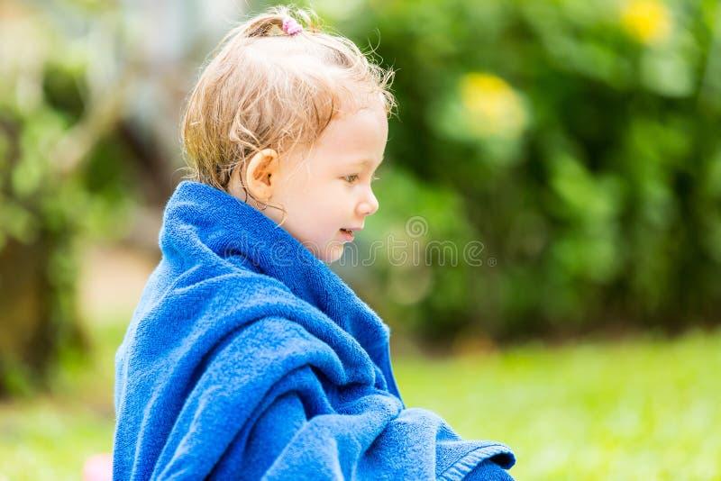 毛巾的儿童女孩在游泳取暖以后在热带手段的太阳 库存照片