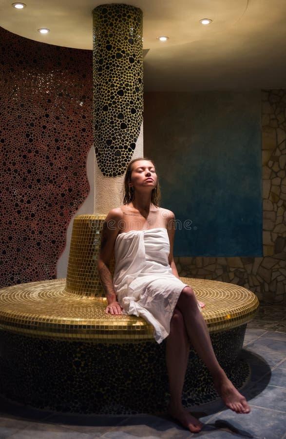 毛巾的放松的女孩  图库摄影