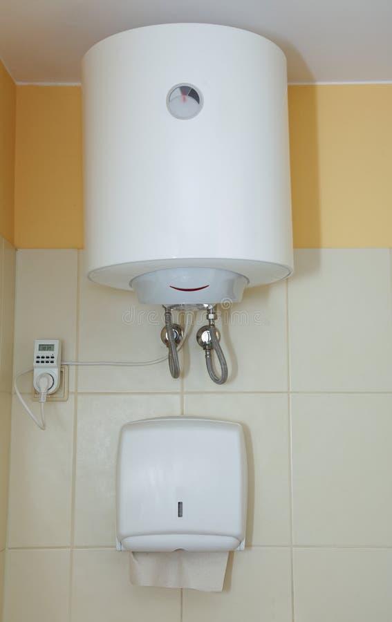 毛巾纸分配器和电水加热器 图库摄影