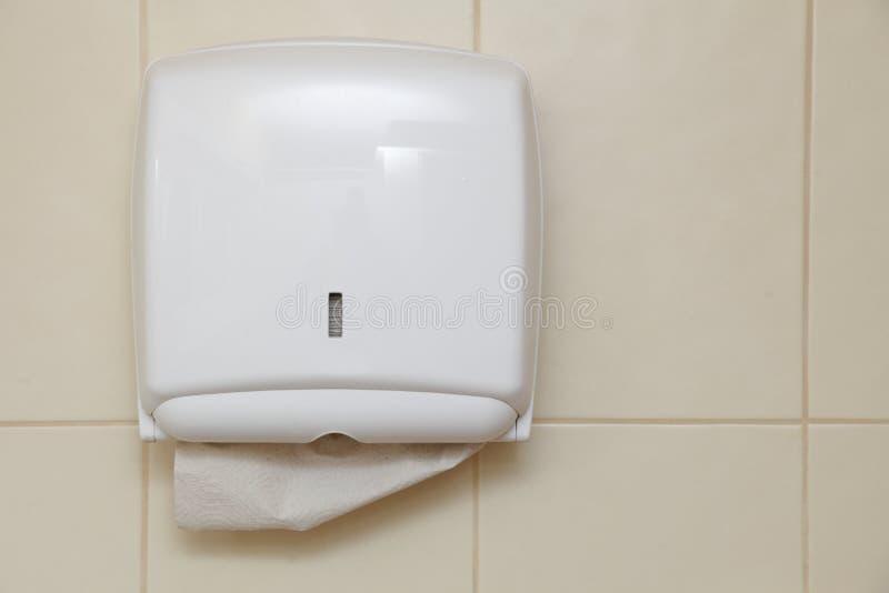 毛巾纸分配器在卫生间里 免版税库存图片