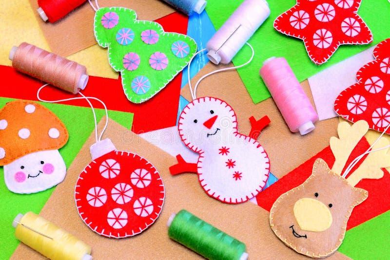 毛毡圣诞树装饰品 滑稽的毛毡雪人,鹿,圣诞树,球,采蘑菇diy,聚酯毛毡,螺纹,针 免版税图库摄影