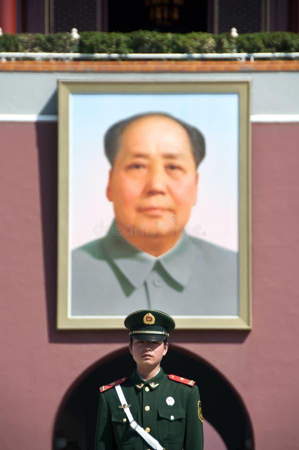 毛画象和卫兵外部天安门门,北京 免版税库存照片
