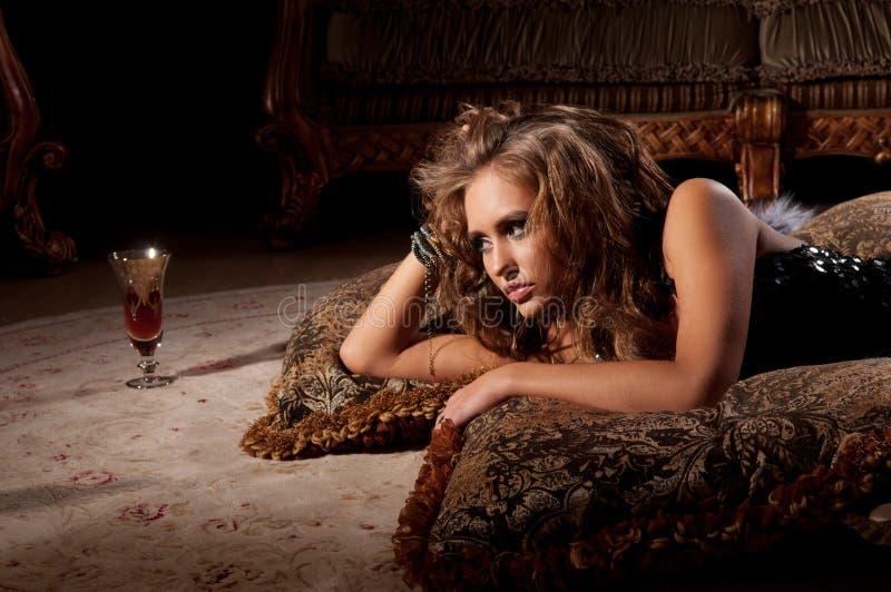 Download 毛皮位于的席子妇女 库存照片. 图片 包括有 黑暗, 执行, 背包, 情感, beautifuler, 有效地 - 22352890