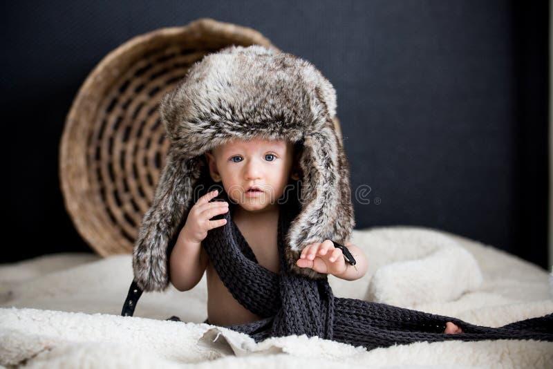 毛皮冬天帽子的男婴 图库摄影