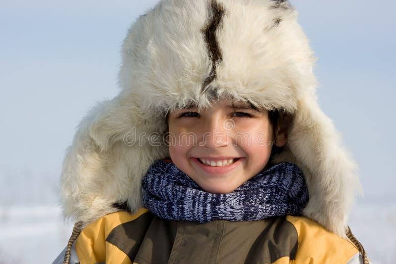 毛皮盖帽的Smilling小男孩 库存图片