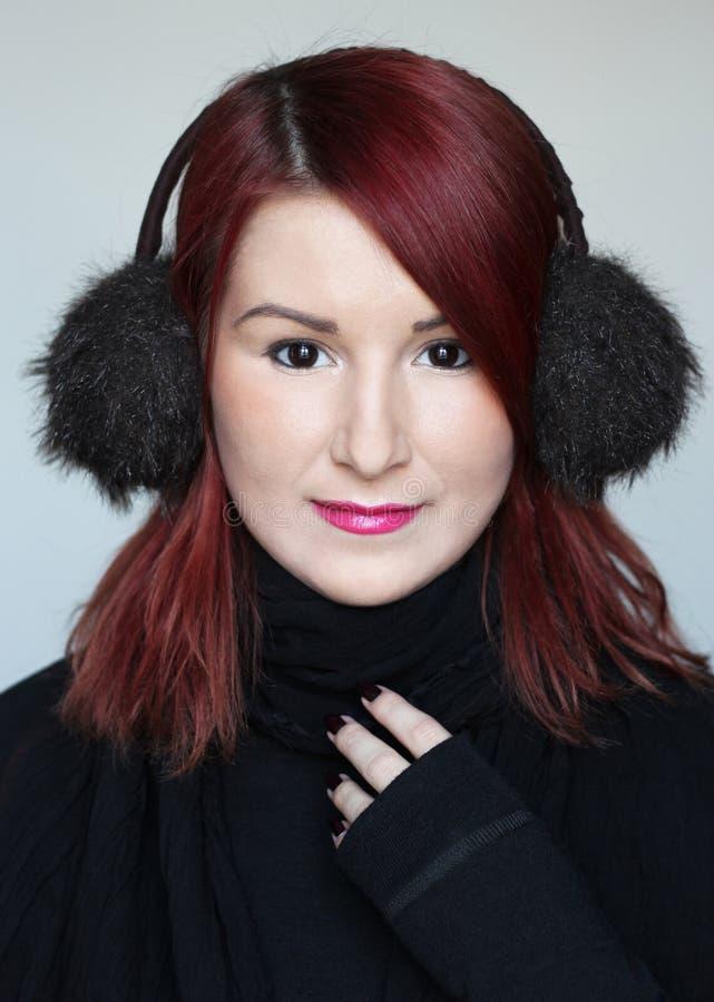 毛皮耳朵笨拙的人的红头发人女孩 免版税库存照片