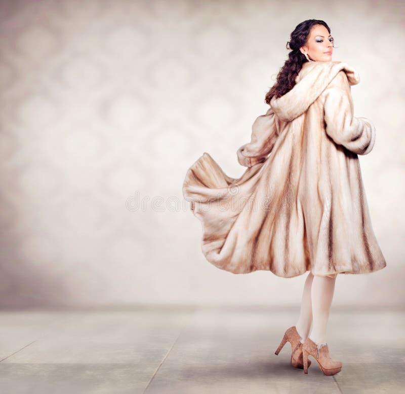 毛皮貂皮大衣的妇女 免版税图库摄影