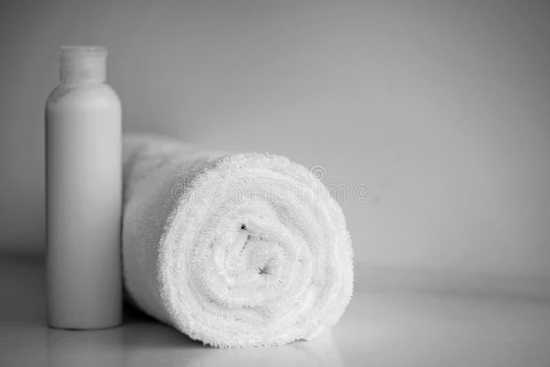 毛皮长毛绒光滑的织品白色精美软的背景  干净的白色毛巾滚动了一揽子纺织品 库存图片