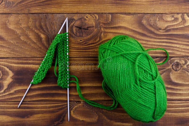 毛线和编织针球与编织在木桌上 r 库存照片