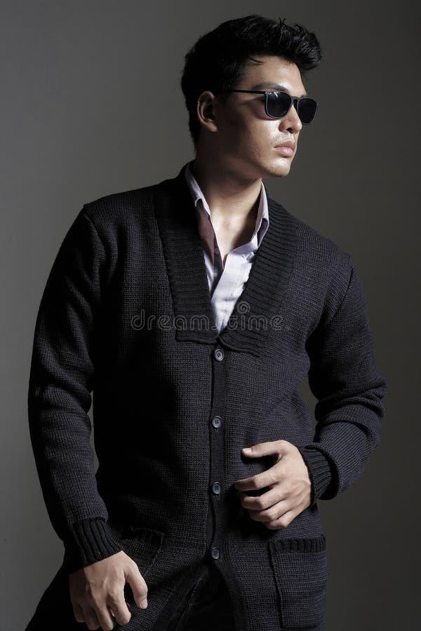 Download 毛线羊毛衫的亚裔人与太阳镜 库存照片. 图片 包括有 纵向, 人们, 时兴, 英俊, 成人, 生活方式, 典雅 - 62528532