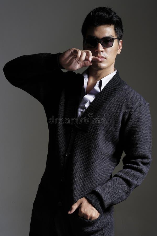Download 毛线羊毛衫的亚裔人与太阳镜 库存照片. 图片 包括有 时兴, 生活方式, 成人, 人们, 现代, 韩文, 羊毛衫 - 62528534