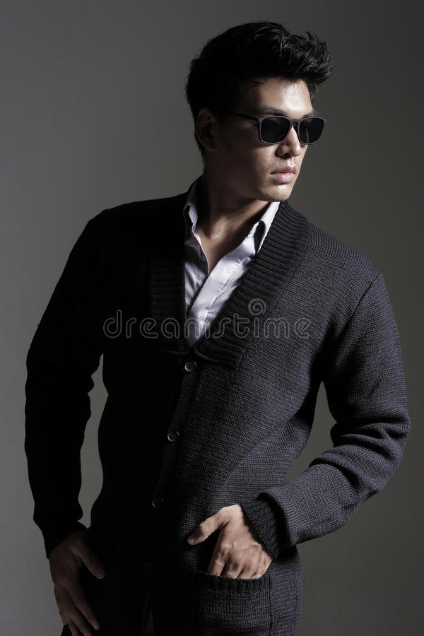 Download 毛线羊毛衫的亚裔人与太阳镜 库存照片. 图片 包括有 典雅, 背包, 冷静, 时兴, 日语, 现代, 夹克 - 62528546
