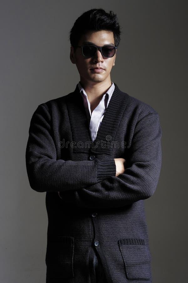 Download 毛线羊毛衫的亚裔人与太阳镜 库存照片. 图片 包括有 羊毛衫, 夹克, 典雅, 生活方式, 有吸引力的, 魅力 - 62528590
