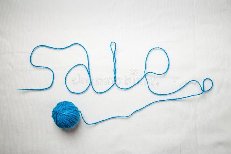 毛线螺纹写的词销售盘绕了入球 免版税库存图片