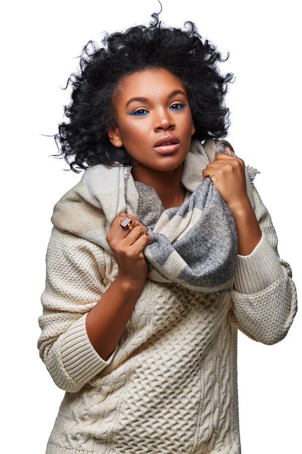 毛线衣的美丽的黑暗的皮肤女孩 免版税库存图片